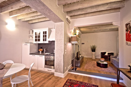 A recently renovated apartment situated in the historic centre of Florence, up to 4 guests