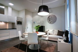 The kitchen, dining and living area integrate perfectly and in style in the Gran Via 1A apartment in Madrid