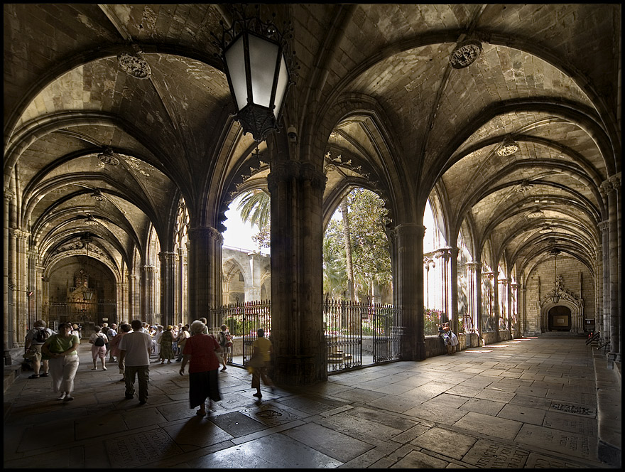 What to do in barcelona barcelona cathedral for Catedral de barcelona interior